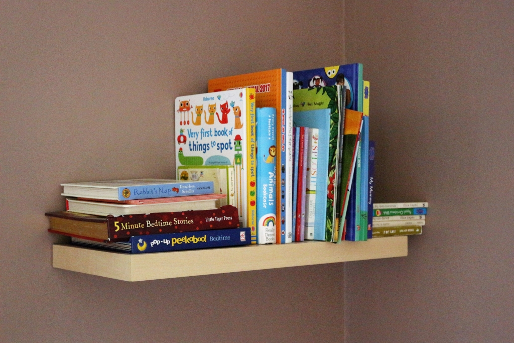 Small bedroom ideas: floating shelves in a children's bedroom