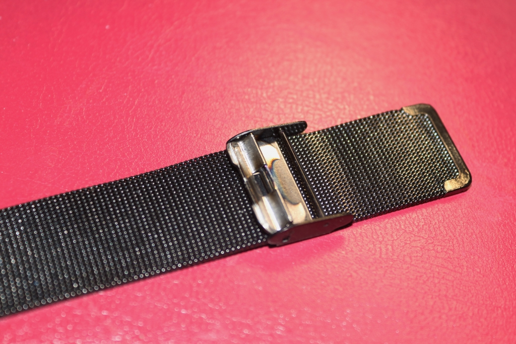 How to adjust a Milanese watchstrap - Adjusting the strap on Alienwork IK all black Men's watch with easily asjutable Milanese band (16)