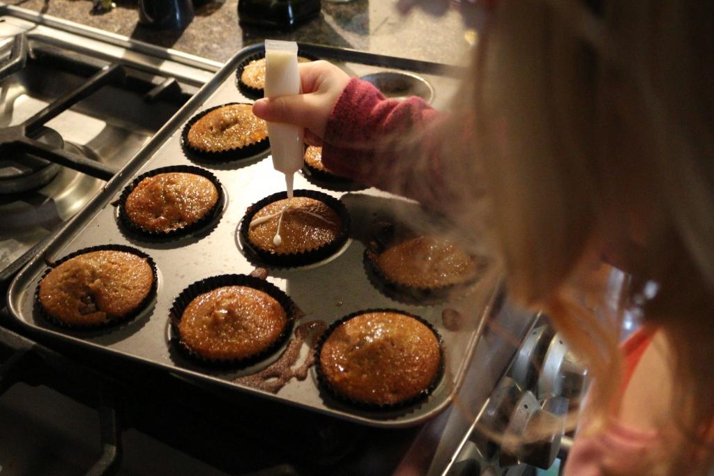 Mini Baker's Club finishing cakes
