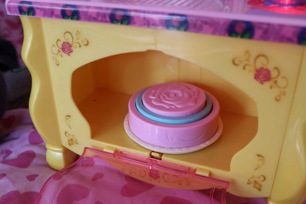 Disney Princess preschooler toys Belle's Kitchen Beauty and the Beast cake oven (73)