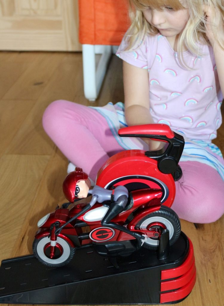 Elastigirl's Stretching & Speeding Elasticycle review Mrs Incredible Incredible 2 toys (33)